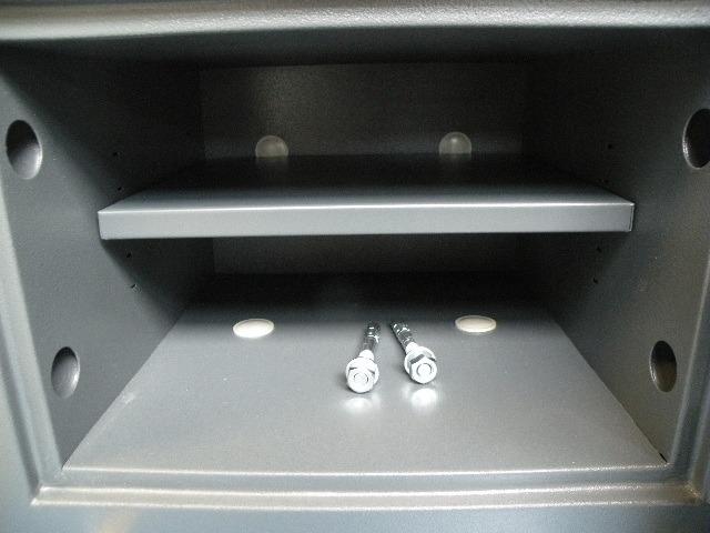 Verankering aan de vloer en of muur is mogelijk d.m.v. 2 stuks gratis meegeleverde segmentankers