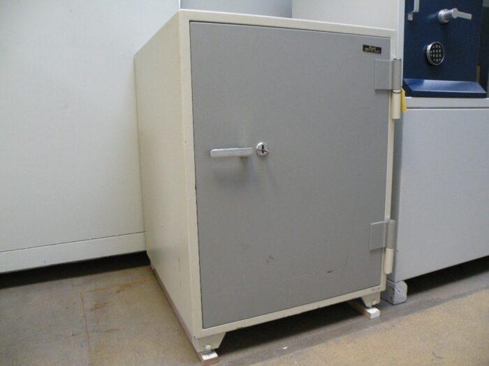 Merk: Royalsafe. Type DX 200 voor het veilig brandwerend opbergen van documenten en mediadragers.